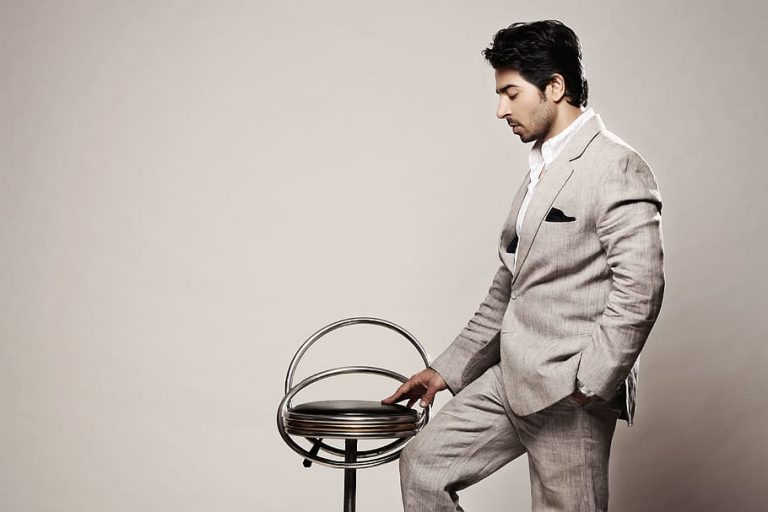 How to Expose a Gigolo businessman chair fashion formal1
