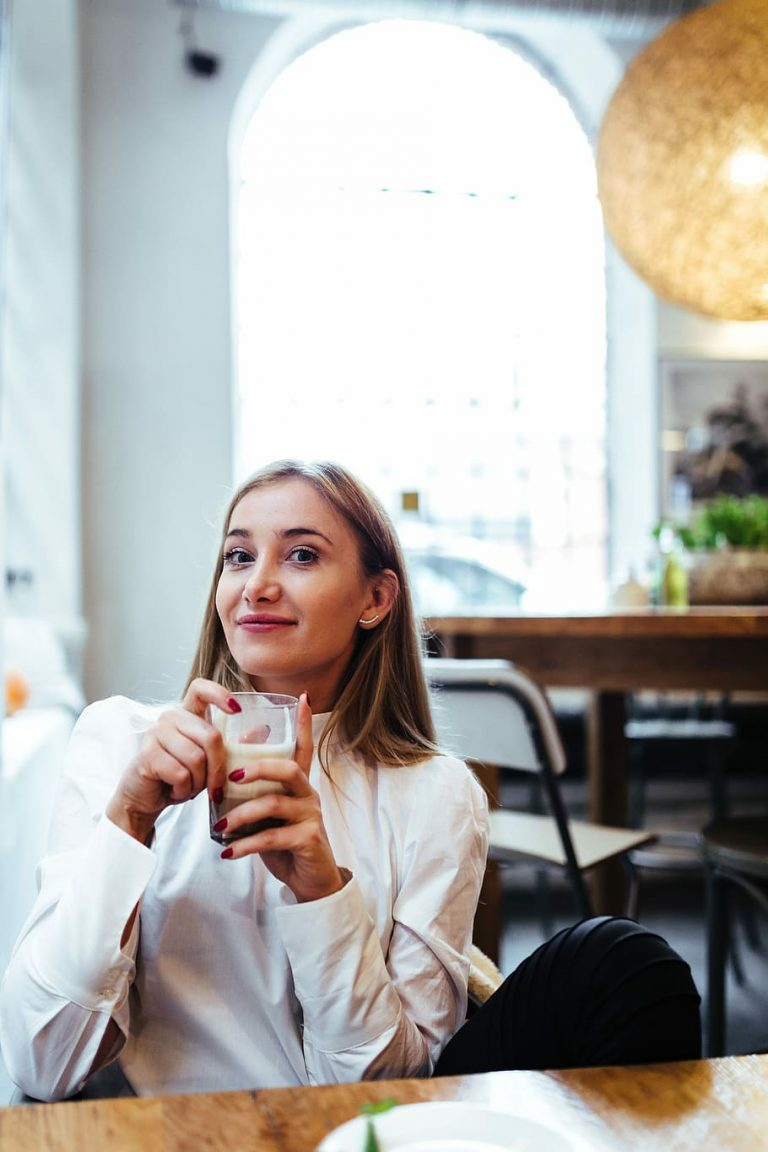 Restaurant Etiquette caucasian woman cafe restaurant1